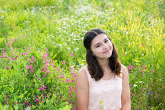 Muchacha bastante adolescente al aire libre en verano Fotos de archivo libres de regalías