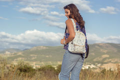 Muchacha bastante adolescente con el bolso sobre fondo de la naturaleza Fotos de archivo libres de regalías