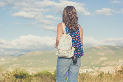 Muchacha bastante adolescente con el bolso sobre fondo de la naturaleza Foto de archivo libre de regalías