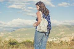 Muchacha bastante adolescente con el bolso sobre fondo de la naturaleza Fotografía de archivo libre de regalías