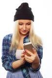 Muchacha bastante adolescente con el teléfono elegante Imagen de archivo