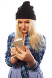 Muchacha bastante adolescente con el teléfono elegante Imágenes de archivo libres de regalías