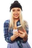 Muchacha bastante adolescente con el teléfono elegante Imagenes de archivo
