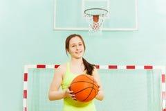 Muchacha bastante adolescente con la bola durante juego de baloncesto Fotos de archivo