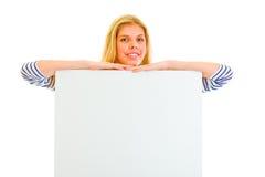 Muchacha bastante adolescente con la cartelera en blanco Fotografía de archivo libre de regalías