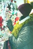 Muchacha bastante adolescente con la decoración de la Navidad Fotografía de archivo