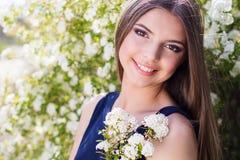 Muchacha bastante adolescente con las flores blancas Fotografía de archivo