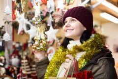 Muchacha bastante adolescente con los regalos de la Navidad Imagen de archivo