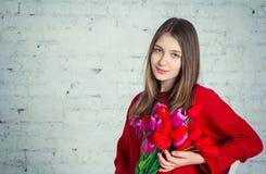 Muchacha bastante adolescente con los tulipanes Fotos de archivo