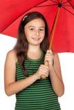 Muchacha bastante adolescente con un paraguas rojo Imagenes de archivo