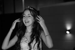 Muchacha bastante adolescente del cumpleaños del quinceanera que celebra en el partido del rosa del vestido de la princesa, celeb Imagenes de archivo