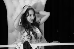 Muchacha bastante adolescente del cumpleaños del quinceanera que celebra en el partido del rosa del vestido de la princesa, celeb Foto de archivo libre de regalías