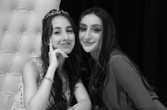 Muchacha bastante adolescente del cumpleaños del quinceanera que celebra en el partido del rosa del vestido de la princesa, celeb Imágenes de archivo libres de regalías