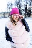Muchacha bastante adolescente del inconformista de los jóvenes al aire libre en el parque de la nieve del invierno que come el ca Imágenes de archivo libres de regalías