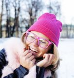 Muchacha bastante adolescente del inconformista de los jóvenes al aire libre en el parque ha de la nieve del invierno Imagenes de archivo