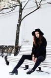 Muchacha bastante adolescente del inconformista de los jóvenes al aire libre en el parque ha de la nieve del invierno Imagen de archivo libre de regalías