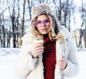 Muchacha bastante adolescente del inconformista de los jóvenes al aire libre en el parque ha de la nieve del invierno Foto de archivo libre de regalías