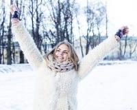 Muchacha bastante adolescente del inconformista de los jóvenes al aire libre en el parque ha de la nieve del invierno Fotografía de archivo