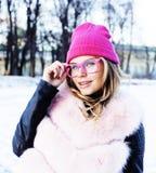 Muchacha bastante adolescente del inconformista de los jóvenes al aire libre en el parque ha de la nieve del invierno Fotografía de archivo libre de regalías