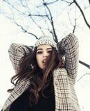 Muchacha bastante adolescente del inconformista de los jóvenes al aire libre en el parque ha de la nieve del invierno Fotos de archivo