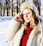 Muchacha bastante adolescente del inconformista de los jóvenes al aire libre en el parque ha de la nieve del invierno Imágenes de archivo libres de regalías