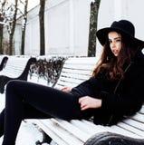 Muchacha bastante adolescente del inconformista de los jóvenes al aire libre en el parque ha de la nieve del invierno Foto de archivo