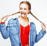 Muchacha bastante adolescente del inconformista de los jóvenes que plantea la sonrisa feliz emocional Fotos de archivo