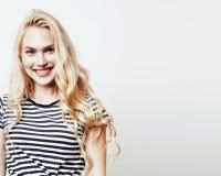Muchacha bastante adolescente del inconformista de los jóvenes que plantea la sonrisa feliz emocional en el fondo blanco, concept Fotos de archivo