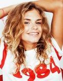 Muchacha bastante adolescente del inconformista de los jóvenes que plantea la sonrisa feliz emocional en el fondo blanco, concept Imagenes de archivo