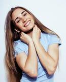 Muchacha bastante adolescente del inconformista de los jóvenes que plantea la sonrisa feliz emocional en el fondo blanco, concept Fotografía de archivo libre de regalías