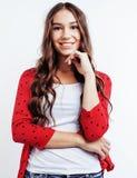 Muchacha bastante adolescente del inconformista de los jóvenes que plantea la sonrisa feliz emocional en el fondo blanco, concept Imagen de archivo libre de regalías