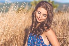 Muchacha bastante adolescente en campo amarillo del otoño Fotografía de archivo