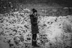 Muchacha bastante adolescente en la nieve, haciendo frente a la cámara, blanco y negro Fotografía de archivo