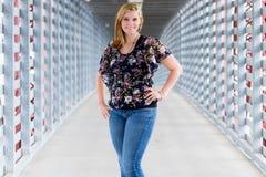 Muchacha bastante adolescente en pasillo urbano del puente de la ciudad Fotos de archivo libres de regalías