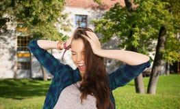 Muchacha bastante adolescente feliz del estudiante que se sostiene para dirigir Fotografía de archivo