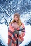 Muchacha bastante adolescente que camina en parque de la ciudad en el tiempo de la nieve Imagenes de archivo