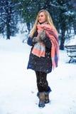 Muchacha bastante adolescente que camina en parque de la ciudad en el tiempo de la nieve Foto de archivo libre de regalías