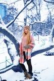 Muchacha bastante adolescente que camina en parque de la ciudad en el tiempo de la nieve Fotografía de archivo libre de regalías