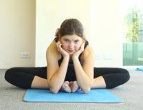 Muchacha bastante adolescente que ejercita asana de la yoga Fotografía de archivo libre de regalías