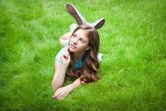 muchacha bastante adolescente que miente en la hierba Fotografía de archivo