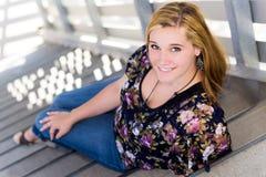 Muchacha bastante adolescente que reclina en pasos Imagenes de archivo