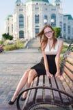 Muchacha bastante adolescente que se sienta en el banco Fotos de archivo