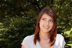 Muchacha bastante adolescente que sonríe afuera Foto de archivo libre de regalías