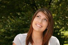 Muchacha bastante adolescente que sonríe afuera Imagen de archivo libre de regalías