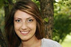 Muchacha bastante adolescente que sonríe afuera Imagen de archivo