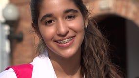 Muchacha bastante adolescente que sonríe con los apoyos Foto de archivo