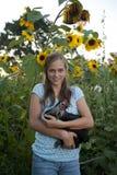Muchacha bastante adolescente que sostiene un pollo Fotografía de archivo
