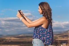 Muchacha bastante adolescente que toma el selfie por el teléfono Foto de archivo libre de regalías