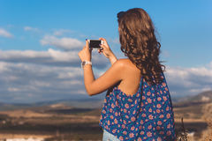 Muchacha bastante adolescente que toma la foto de la naturaleza por el teléfono Foto de archivo libre de regalías
