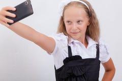 Muchacha bastante adolescente que toma selfies con ella elegante Imagen de archivo